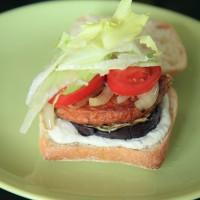 Broodje gegrilde aubergine hamburger