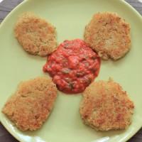 Quinoa cakes met geroosterde paprika/tomaat saus